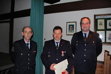 Dietmar Brecht (Mitte) wurde vom Stv. Kreisbrandmeister für 25 Jahre Aktiven Dienst geehrt.