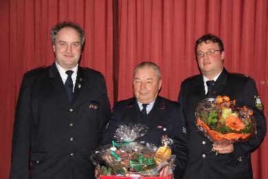 Für über 60 Jahre Dienst in der Feuerwehr Bad Bellingen wurde Ludwig Hugenschmidt von Kommandant Maier geehrt. Ehrenkommandant Hugenschmidt hatte schon viele Aufgaben in der Feuerwehr. So war er Kommandant in der Fw. Rheinweiler, nach der Gemeindereform 1974 war er Stv. Gesamtkommandant. Auch Gesamtkommandant und der Leiter der Altermannschaft war er viele Jahre.