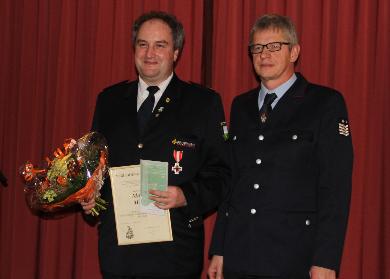 Verbandsvorsitzender Günter Lenke ehrte Kommandant Maier mit der Feuerwehr Ehrennadel in Gold des Feuerwehrverbandes Lnadkreis Lörrach.